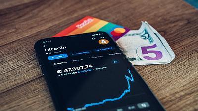 Cryptocurrency seperti Bitcoin dapat mengalami volatilitas harga harian (atau bahkan setiap jam)